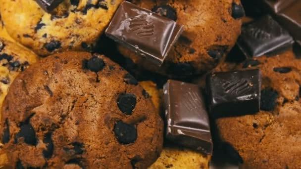 Chutný dort sušenky s kousky čokolády mělké a kousky mléka a tmavé čokolády