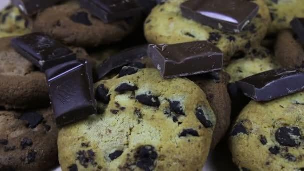 Spousta sušenek dort čokoláda close-up naklánění a kousky mléka a tmavé čokolády