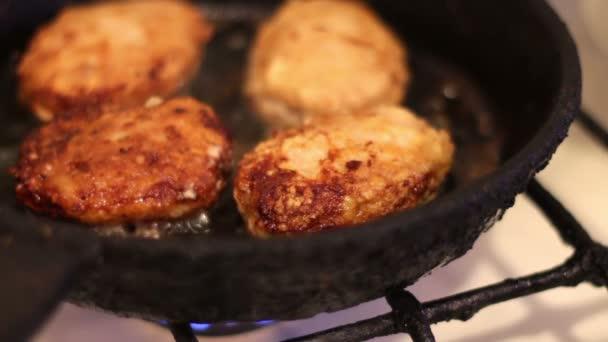 Kotlety pro hamburgery jsou smažené na pánvi v domácí kuchyni
