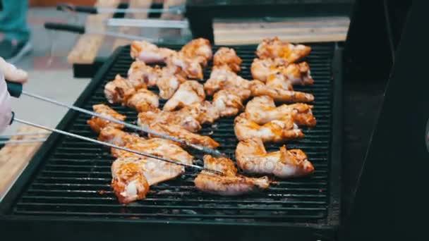 Hús csirkeszárny, fordítsa meg a kerti grillezővel. A sült hús Mangal Barbecue grill. Csirkehús a grill alatt egy piknik