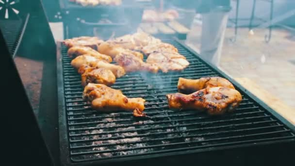 Kuřecí maso, který otočte na barbecue gril. Maso smažené v Mangal Barbecue gril. Kuřecí maso na grilu během pikniku