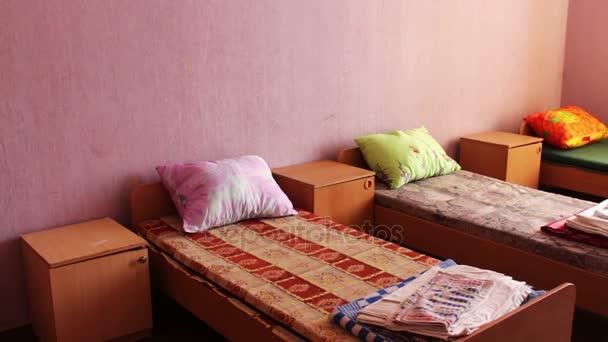 Ágy és éjjeliszekrény, üres kórházi szobában, vagy a gyermek tábor.
