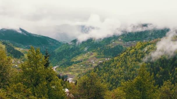 Krásné horské krajiny pohoří Kavkaz s zelené údolí a mlha nad ním