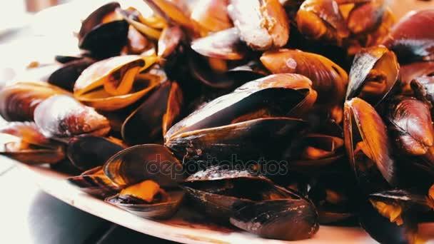 leckere frisch zubereitete Miesmuscheln liegen auf einem Tisch in einem Restaurant