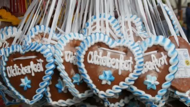 Wunderschön dekoriert mit bunten Glasur Lebkuchen auf dem Oktoberfest, das weltberühmte Bierfest in Bayern, in München, Deutschland