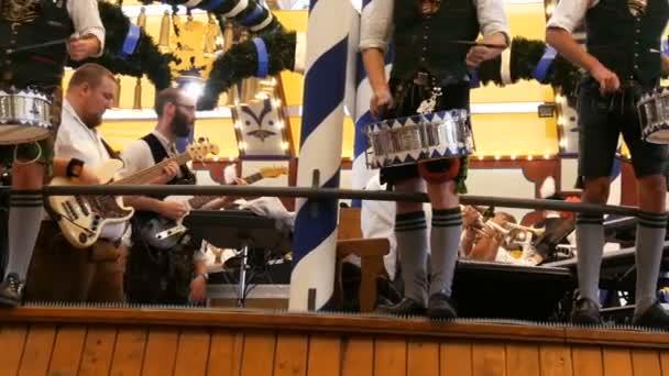 17. September 2017 - München, Deutschland: gut gekleidet in bayrischen Trachten, Männer Schlagzeug spielen und eine Menge von feiern und trinken Menschen zu unterhalten. in Lowenbreu Bierzelt.