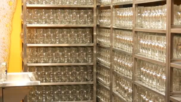 17. September 2017 - München, Deutschland: viele leere saubere Biergläser im Bierzelt auf der Theresienwiese