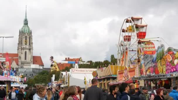 17. September 2017 - München, Deutschland: Das größte Bierfest Oktoberfest.People fahren auf Attraktionen Spaß haben und feiern Sie im Bier-Festival in Bayern