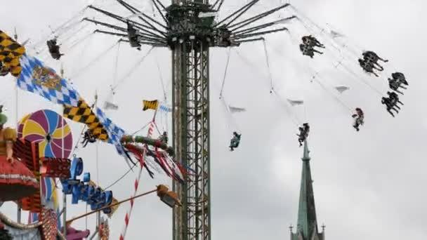 17. September 2017 - München, Deutschland: das größte Oktoberfest. Auf Attraktionen wird geritten, um Spaß zu haben und beim Oktoberfest in Bayern zu feiern