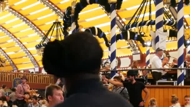 17. September 2017 - München, Deutschland: weltberühmtes Oktoberfest, schöne junge Leute, die Spaß haben, tanzen, Bier trinken im Bierzelt auf dem Oktoberfest, Bayern