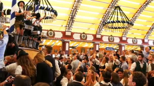 17. september 2017 - oktoberfest, münchen, deutschland: beim oktoberfest in Bayern wird getrunken, gesungen, gefeiert