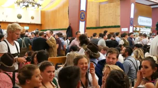17. September 2017 - München, Deutschland: Welt berühmte Oktoberfest sitzen Leute in einem Pub oder Bier Zelt Biertrinken mit Bäcker, lachen, Spaß haben und feiern
