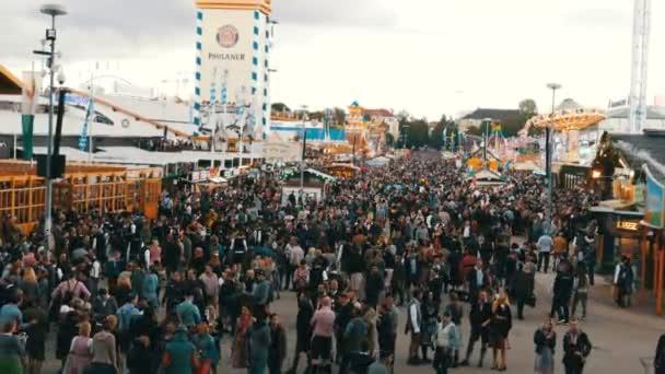 17. September 2017 - Oktoberfest, München: Blick auf die riesige Menschenmenge, die in bayrischen Trachten über das Oktoberfest läuft, auf der Theresienwiese, von oben