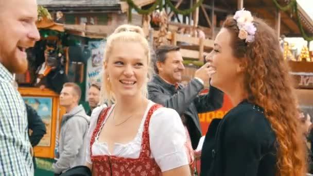 17. september 2017 - oktoberfest, münchen, deutschland: außergewöhnlich schöne mädchen in bayrischen trachten dirdl lächeln in der menge
