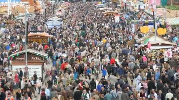 17. september 2017 - oktoberfest, münchen, deutschland: blick auf die riesige Menschenmenge, die in bayrischen trachten über das oktoberfest, das berühmteste volksfest der welt, läuft