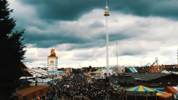 17. September 2017 - Oktoberfest, München, passt Deutschland: Blick auf die große Masse der Leute zu Fuß rund um das Oktoberfest in nationalen bayerischen, auf der Theresienwiese, Ansicht von oben