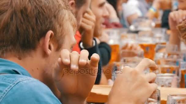 17. September 2017 - oktoberfest, München, Deutschland: Menschen ruhen, lachen, haben Spaß und sitzen und trinken Bier aus riesigen Glasbechern auf der Theresienwiese in Bayern beim Weltbierfest