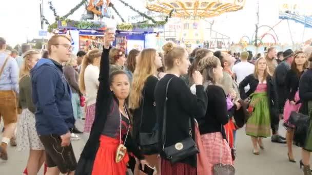 17. September 2017 - Oktoberfest, München: Menge von Menschen zu Fuß und haben Spass rund um die Welt-Bier-Festival in der Nähe von Sehenswürdigkeiten und Zelte mit Essen