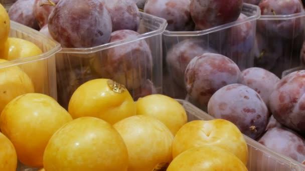 Kék és sárga szilva nagy hazugság a pultra egy gyümölcs piac