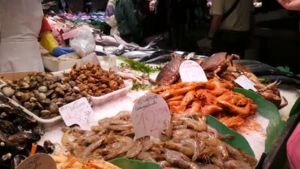 Meeresfrüchte Krabben Hummer Tintenfisch Garnelen Krebse Austernmuscheln Muscheln in Fischmarkt la boqueria spanien, barcelona