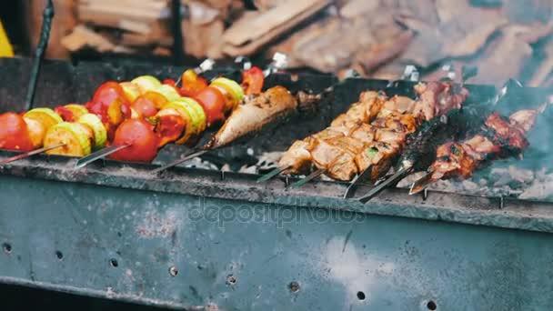 Chutné čerstvé maso navlečené na jehle je smažené na pánev. Ražniči z vepřového masa a zeleniny