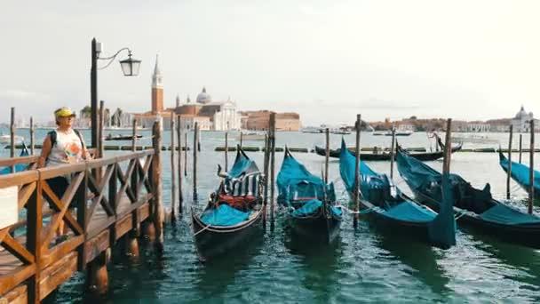 Velence, Olaszország, szeptember 7-én, 2017: Velencei gondola a Canal Velence menet közben kék ruhával fedett, orra kikötve gondolák szépen sorban állva