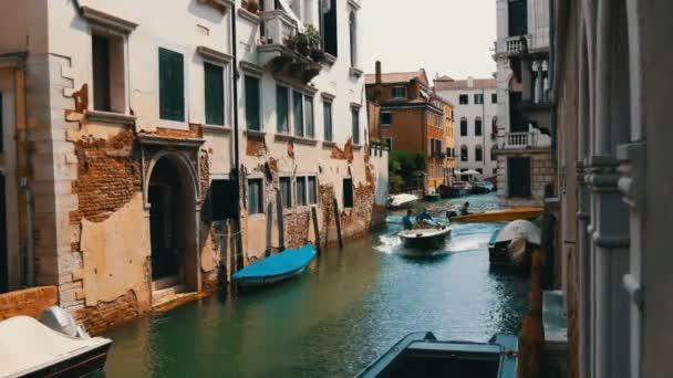 Benátky, Itálie, 7 září 2017: Útulný krásný benátský kanál a krásné barevné domy