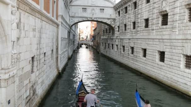 Benátky, Itálie, 7 září 2017: Výhled na kanál, na kterém stojí svět slavný Most vzdechů, romantickou procházku na gondole po benátském kanálu