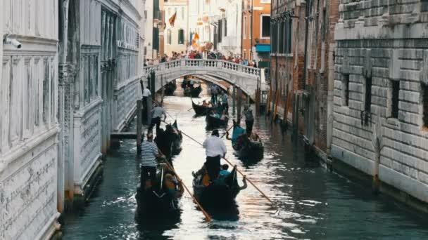 Velence, Olaszország, 2017. szeptember 7.: A szép gondolák és gondoliers a turisták őket áthajtani a régi velencei csatorna
