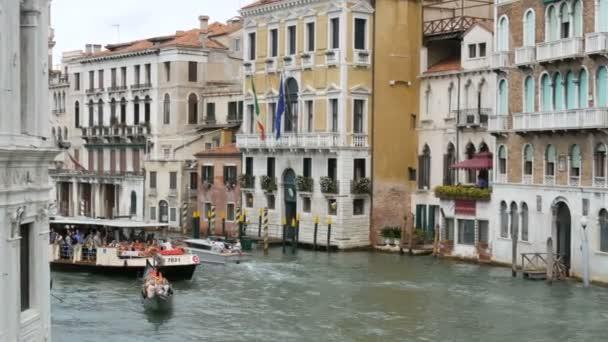 Velence, Olaszország, szeptember 7-én, 2017: házakat, lenyűgöző velencei építészeti, állva egy csatorna mentén, mely gondolák és idegenforgalmi csónakok séta