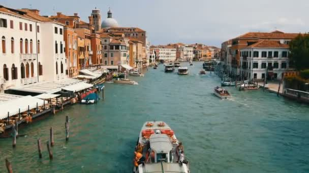 Velence, Olaszország, 2017. szeptember 7.: Szép új sétahajók parkol a velencei Canal Grandéra