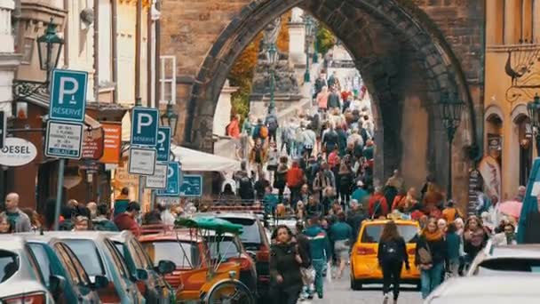12. září 2017 - Praha, Česká republika: Spousta parkovacích známek a auta parkovací místo, dav lidí, kteří jdou na Karlově mostě v Praze