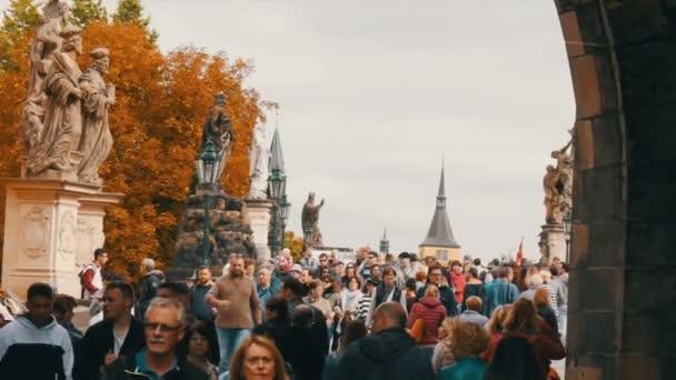 12. září 2017 - Praha, Česká republika: Slavný most přes řeku Vltavu na podzim. Dav lidí se prochází podél Karlův most v Praze kolem slavné sochy a plastiky