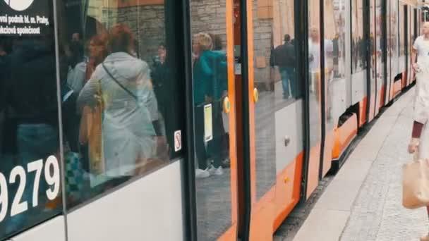 12. září 2017 - Praha, Česká republika: tramvaje na zastávce v centru Prahy, lidé přijít a vstoupit do něj