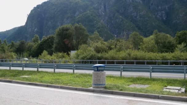 Zobrazit na krásné horské silnici v rakouských Alpách, pohled z hor a zelené louky