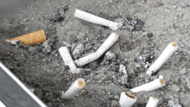 Görgetés serpenyőben a cigaretta csikk, hamutartó, hamutartó, a dohányzás cigaretta, erős dohányos eszközök, hamutartó, popó néző