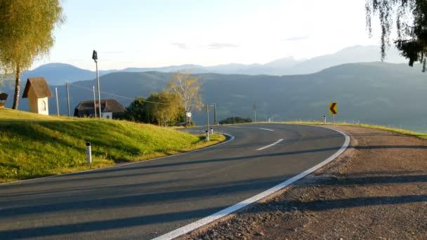 Krásná horská silnice v rakouských Alpách, pohled z hor a zelené louky
