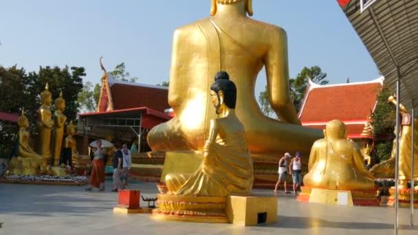 Pattaya, Thaiföld - 2017. December 18.: A szerzetesek és a turisták séta a buddhista összetett nagy Buddha dombon körülvett különböző istenségek a buddhista vallás szobrai
