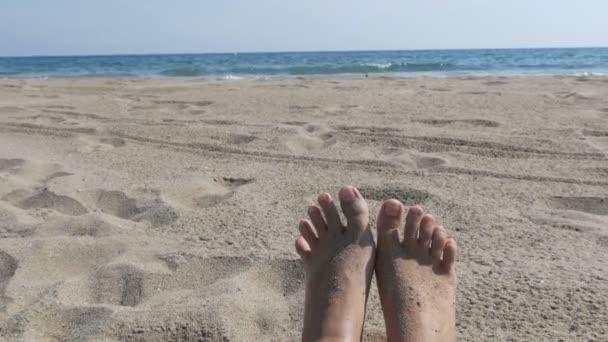 Pies De Mujer Tomando El Sol En La Playa Contra El Fondo De Arena Y Azul Mar Con Olas Pies Desnudos De Mujer En Una Playa