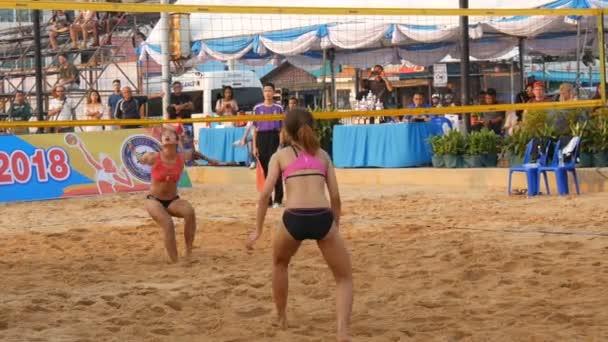 Pattaya, Thajsko - 4 února 2017: Dámské volejbalové mistrovství v Pattaya. Dívky hrají v plážovém volejbalu