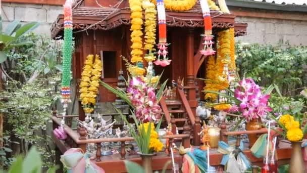Matrimonio Simbolico In Thailandia : Altare buddista tradizionale nel giardino in thailandia decorato