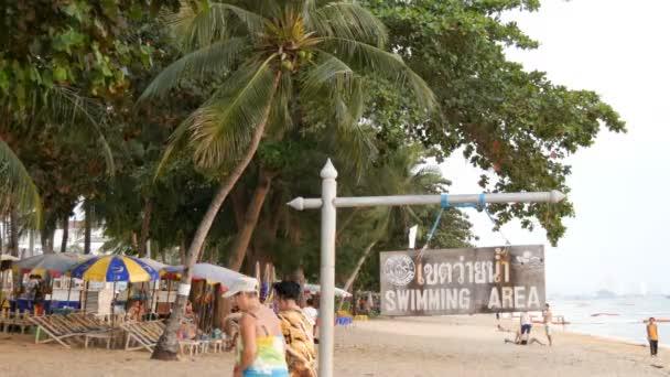 Pattaya, Thaiföld, December 14-én, 2017: Nézd meg a parti sétányon, pálmafák és a kókuszdió Thaiföldön. Emberek pihenés a tengerparton. A mutató egy felirat a magyar futbal terület