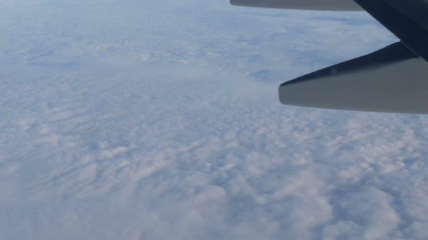 Pohled z křídla letadla za letu nad mraky krásných vzduchu