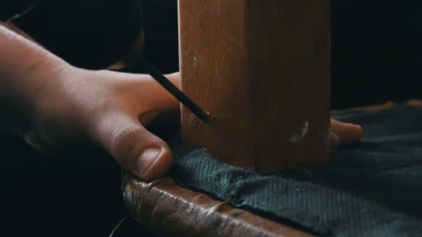 Teenageři si vzal vrtačku a vyvrtal díru v noze dřevěná židle