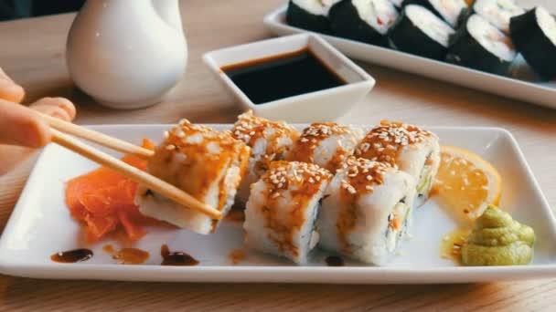 Un rotolo di sushi prende ragazzo adolescente con bambù cinese ...