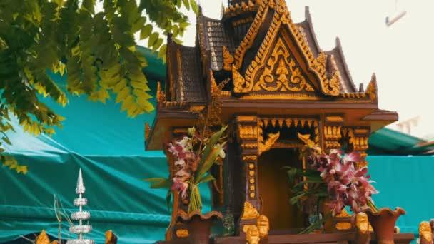 Pequeno Altar Budista De Marron Para Los Rezos En Un Jardin Adornado Con Flores Y Varias Estatuillas