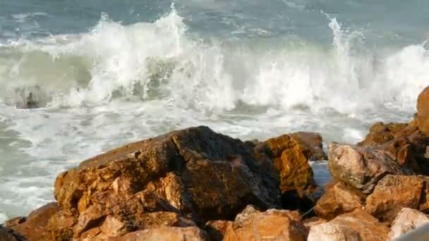 Vlny bušila do skalnatého pobřeží. Krásné vlny Jihočínského moře detailní zobrazení