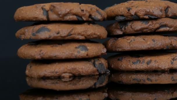Schokoladenkekse auf stilvollem schwarzen Hintergrund und Spiegeloberfläche