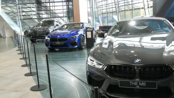 Mnichov, Německo - 25. října 2019: Výstavní síň v areálu Bmw. Nová pokročilá auta stojí na výstavě. Výstava nových moderních automobilů z koncernu Bmw Welt.