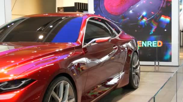 Mnichov, Německo - 25. října 2019: Krásné světle červené moderní auto na výstavní hale v areálu Bmw. Nová pokročilá auta stojí na výstavě. Nové moderní automobily z Bmw Welt obavy.